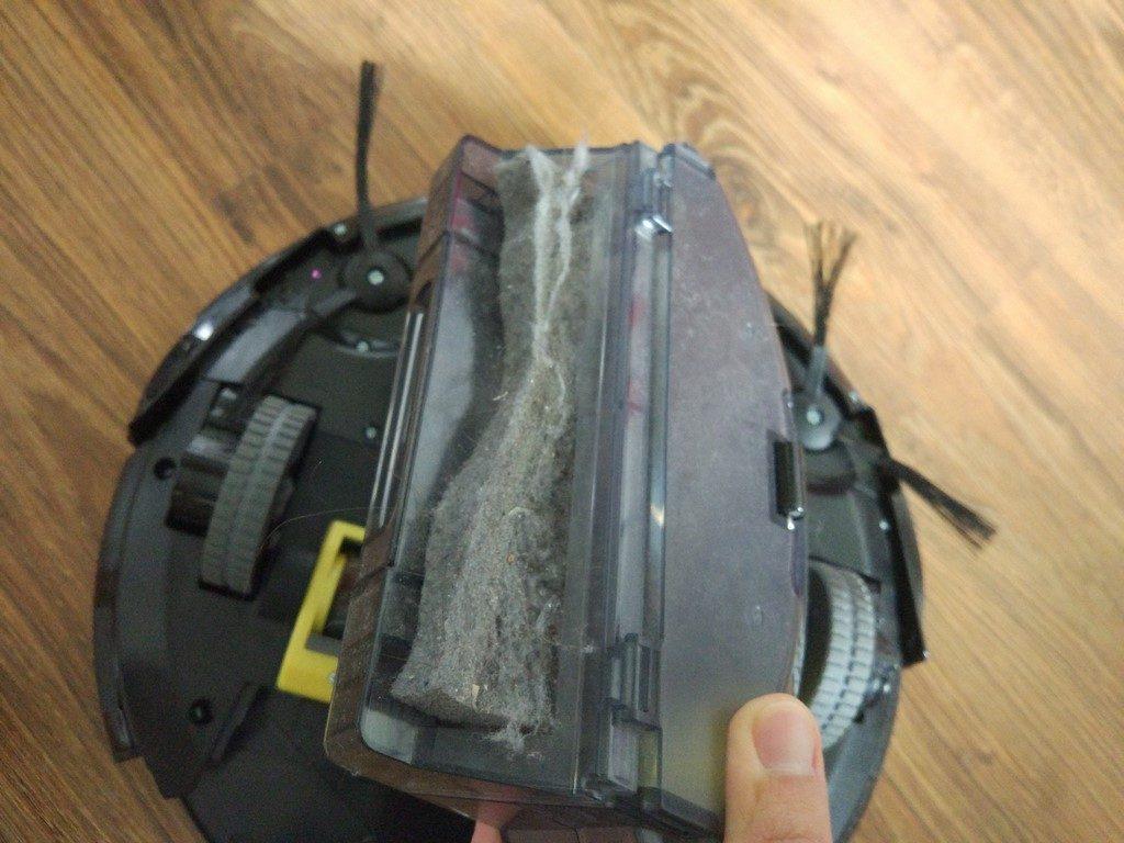 iLife A6 - zapełniony pojemnik z kurzem