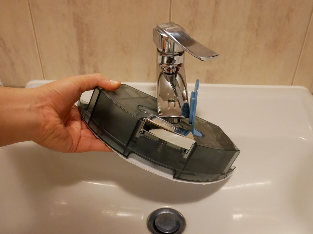 bezprzeplacania.pl - robot odkurzający Dibea D960 - nalewanie wody do pojemnika