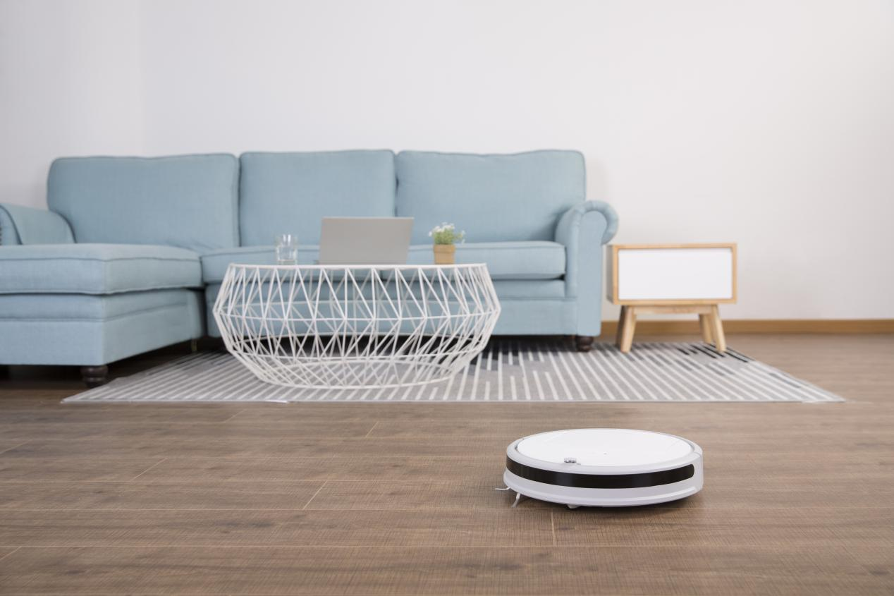 bezprzeplacania.pl - Xiaowa - budżetowy robot odkurzający od Xiaomi w świetnej cenie - robot przy kanapie