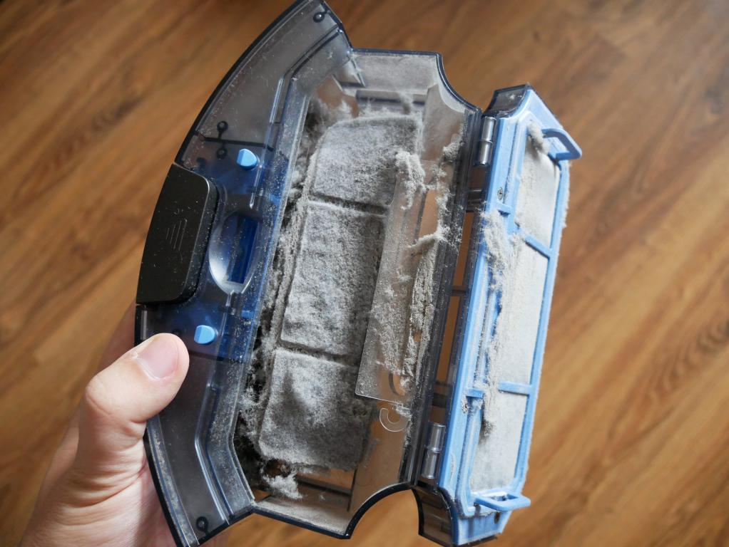iLife A7 - recenzja robota sprzatającego sterowanego smartfonem - pojemnik pełen kurzu