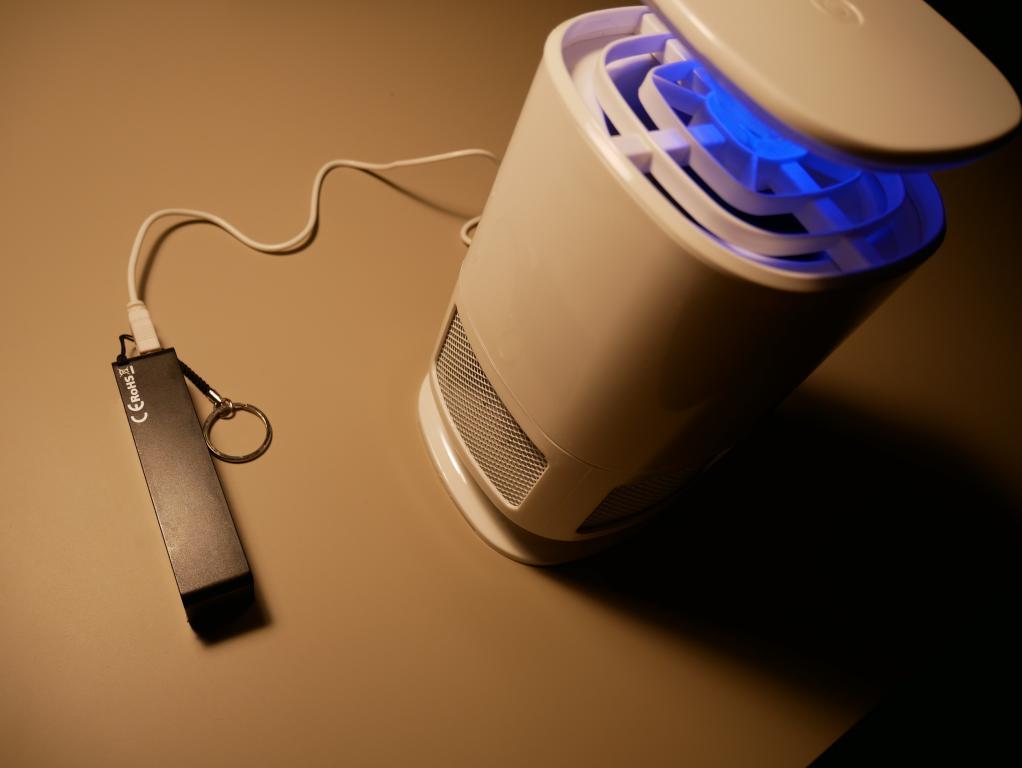 Recenzja lampki - pułapki na komary - zasilanie poprzez USB z powerbanka
