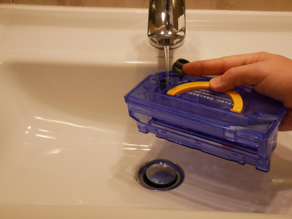 iLife V7S Plus - recenzja robota odkurzającego z mopem - napełnianie pojemnika na wodę
