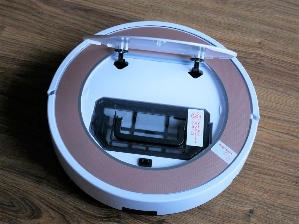 iLife V7S Plus - recenzja robota odkurzającego z mopem - wkładanie pojemnika