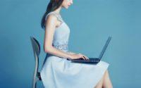 Xiaomi Mi Notebook Pro - promocja na geekmaxi - dziewczyna z laptopem na kolanach
