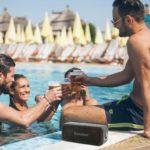 wodoodporny głośnik bluetooth Tronsmart Force - w basenie