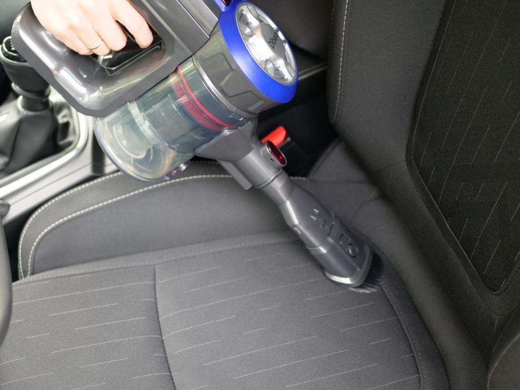 Dibea V008 PRO - recenzja taniego odkurzacza pionowego - odkurzanie samochodu