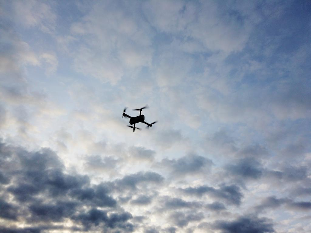 Recenzja drona SJRC F11 PRO - dron na niebie