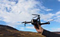 Recenzja drona SJRC F11 PRO - dron w ręku