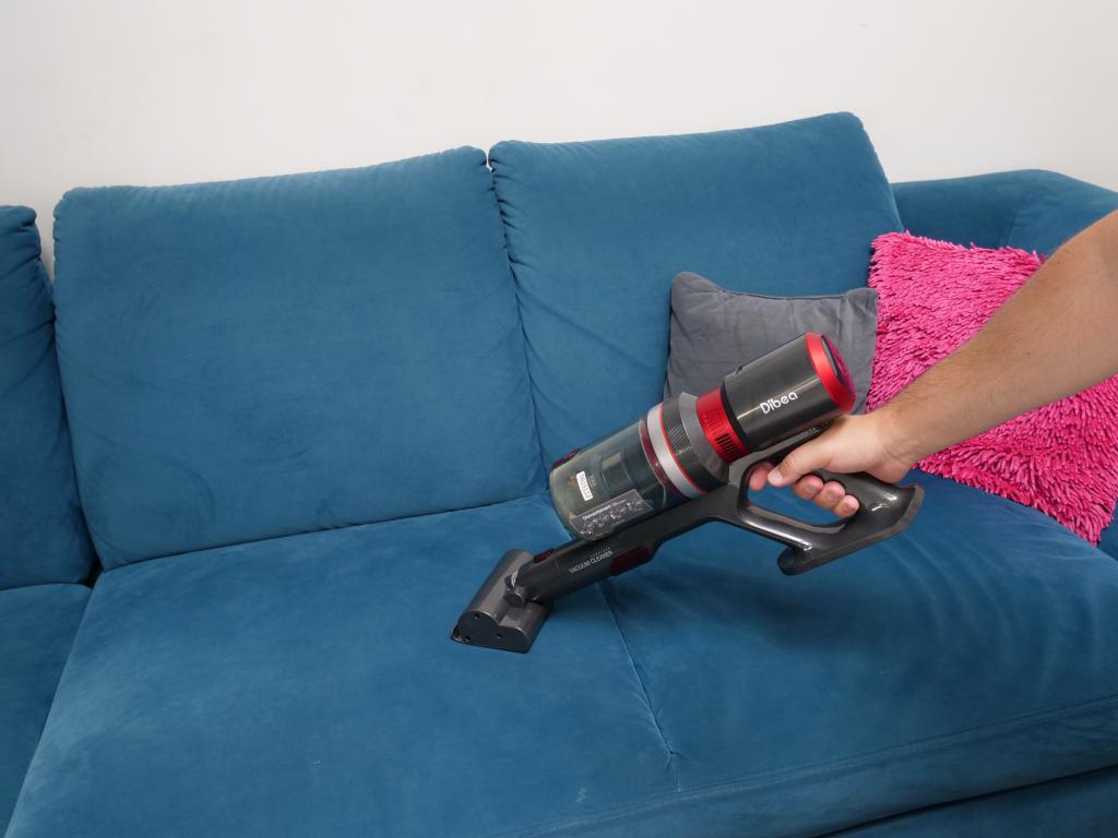 DIBEA F20 Max - recenzja bezprzewodowego odkurzacza o wielkiej mocy - sprzątanie tapicerki