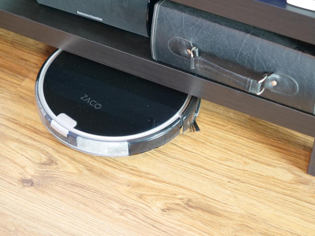 Zaco A8S - recenzja robota sprzątającego - wjazd pod szafkę