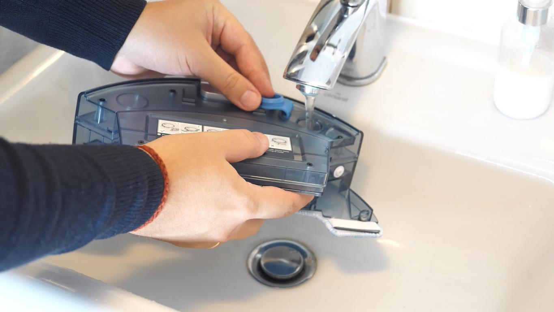 Recenzja Zaco A8S - nalewanie wody przed mopowaniem