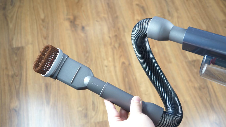 Jimmy JV65 - recenzja odkurzacza pionowego - odkurzacz z elastyczną rurą i krótką końcówką z włosiem