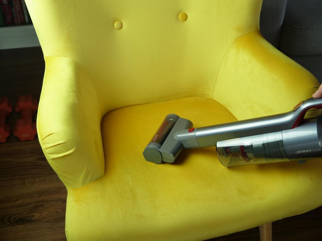 Jimmy JV65 - recenzja odkurzacza pionowego - odkurzanie fotela, tapicerki