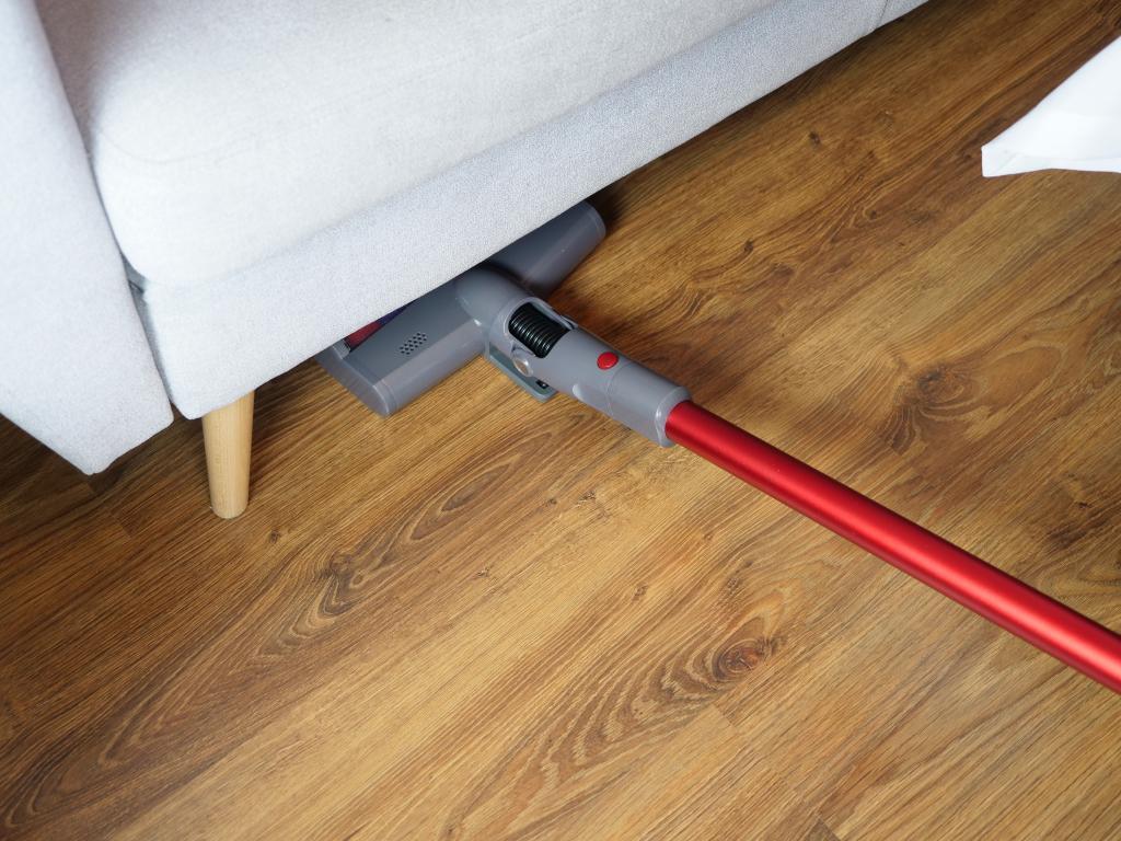 Jimmy JV65 - recenzja odkurzacza pionowego - odkurzanie pod kanapą