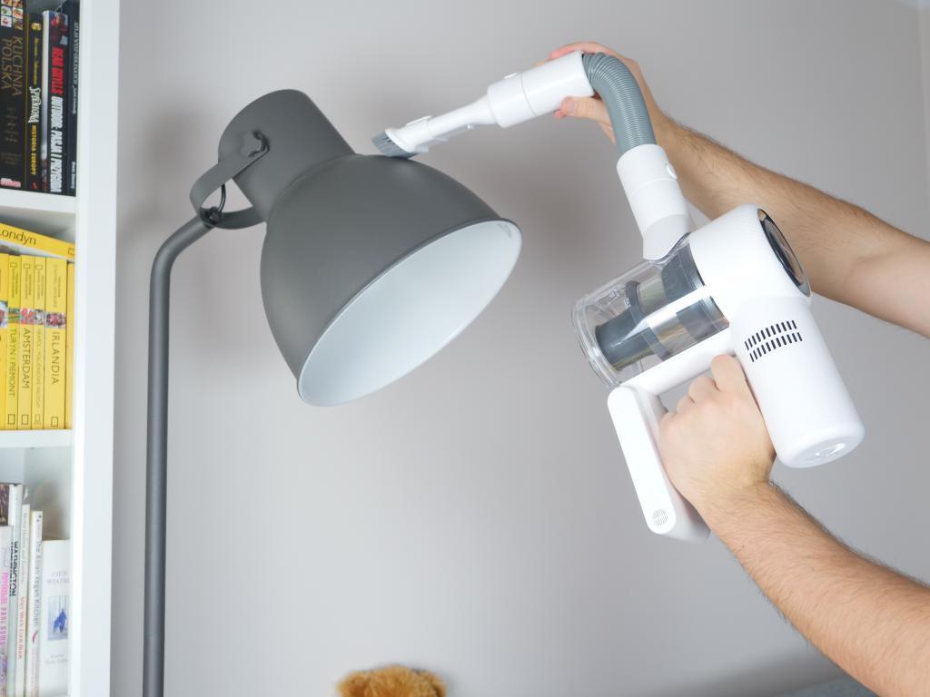Dreame V10 Boreas - recenzja bezprzewodowego odkurzacza pionowego - odkurzanie lampy z wykorzystaniem elastycznej złączki