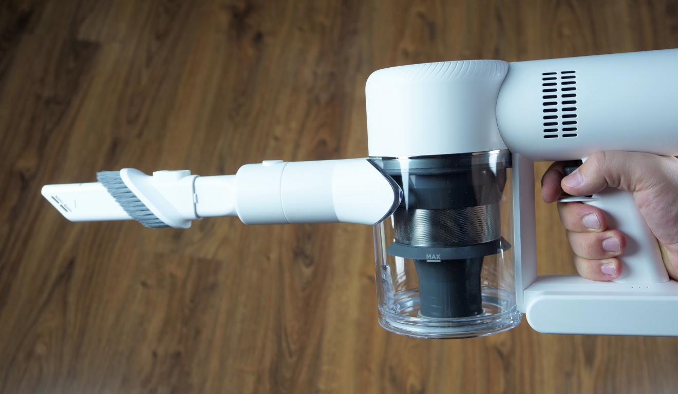 Dreame V10 Boreas - recenzja bezprzewodowego odkurzacza pionowego - wyjęcie małej szczotki - końcówka szczelinowa