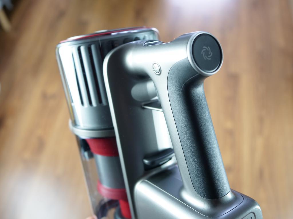 Roborock H6 Adapt - recenzja bezprzewodowego odkurzacza pionowego - przycisk zmiany biegów