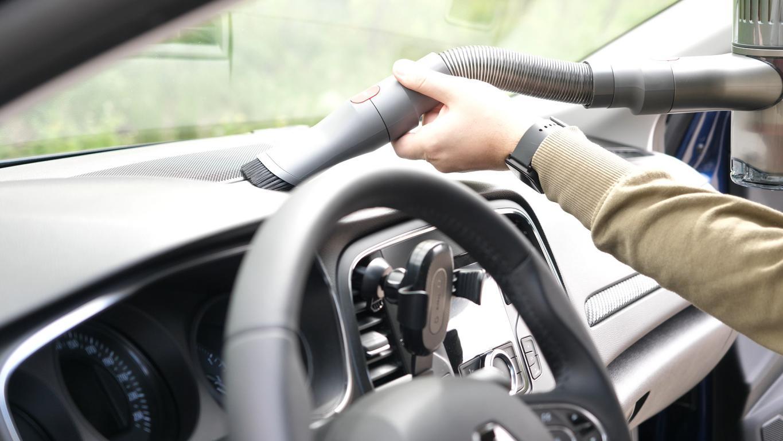 Roborock H6 Adapt - recenzja bezprzewodowego odkurzacza pionowego - odkurzanie deski rozdzielczej samochodu