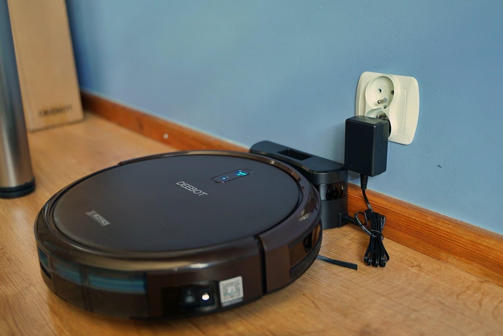 Ecovacs Deebot N79S - recenzja taniego robota odkurzającego - ładowanie