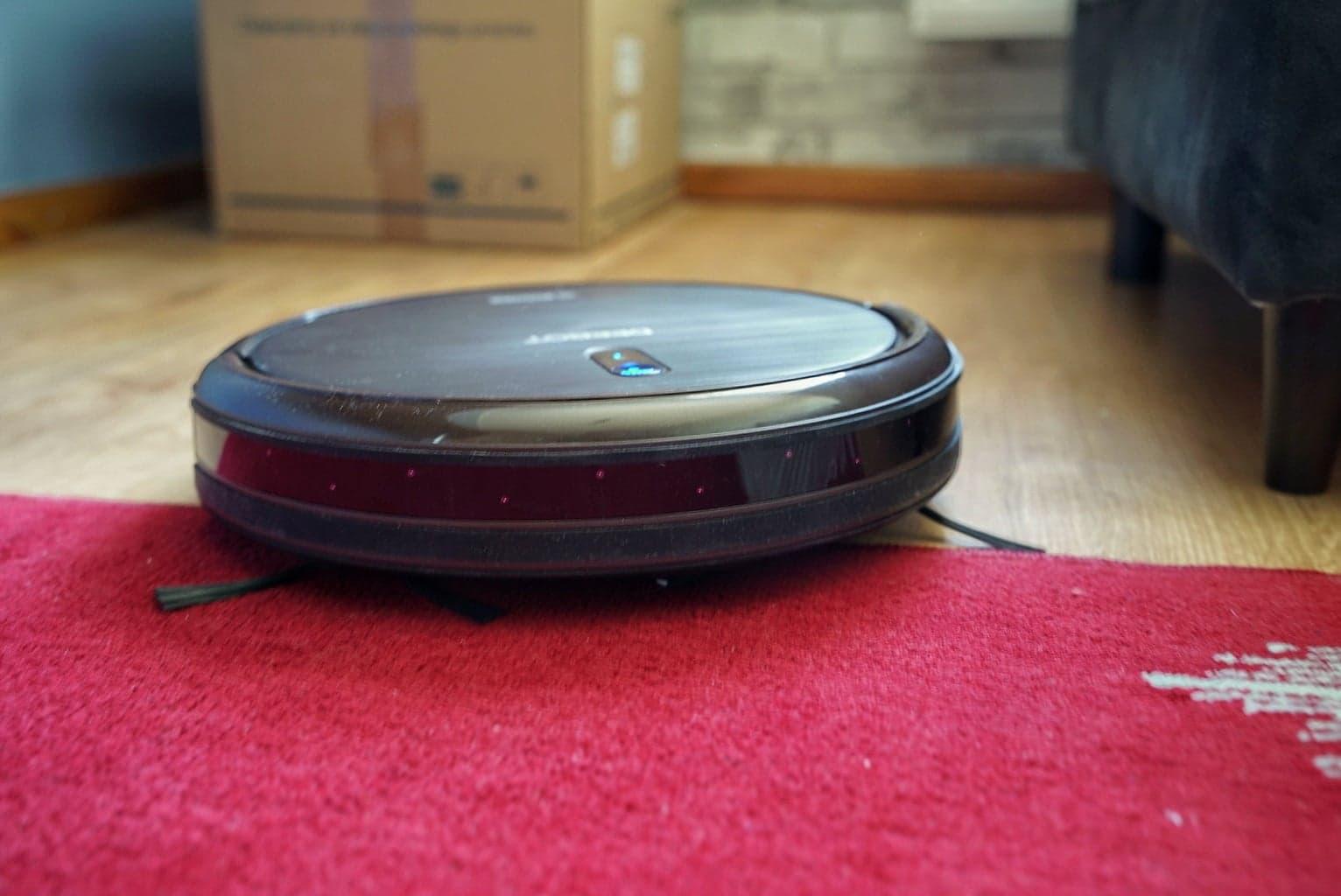 Ecovacs Deebot N79S - recenzja taniego robota odkurzającego - wjazd na dywan