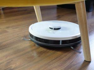 RoboJet X-One White - recenzja robota sprzątającego - do fotelem