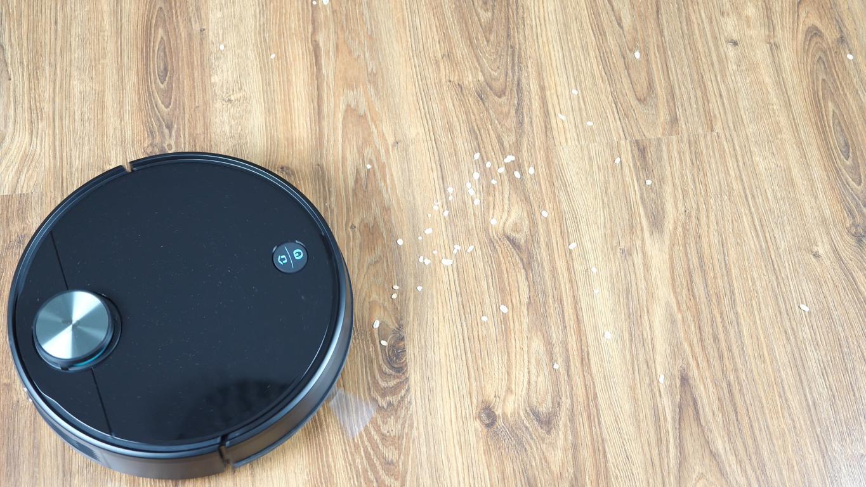 Xiaomi Viomi V3 - recenzja robota odkurzającego z mopowaniem - odkurzanie płatków z podłogi