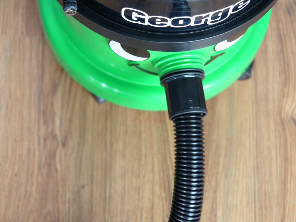 Numatic GVE370 George - recenzja odkurzacza piorącego z funkcją dezynfekcji - mocowanie węża