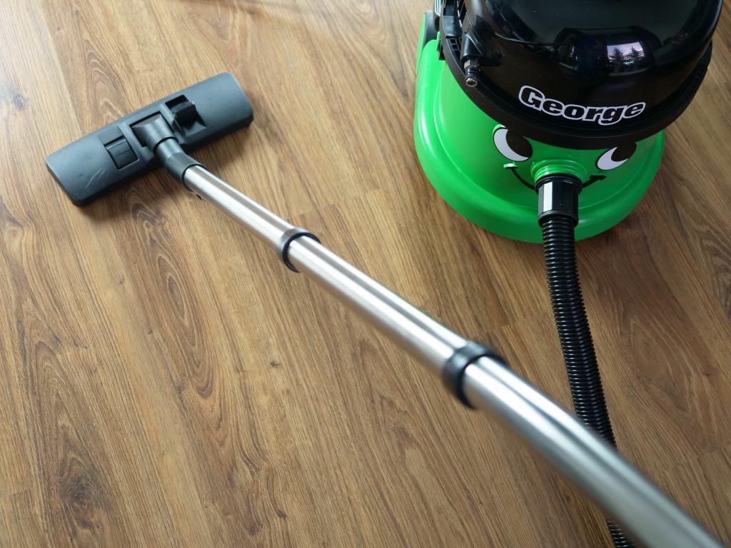 Numatic GVE370 George - recenzja odkurzacza piorącego z funkcją dezynfekcji - odkurzanie podłogi