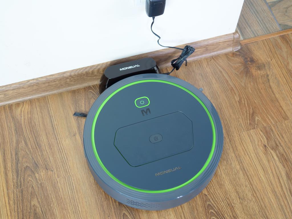 Moneual MBOT 500 - recenzja taniego robota odkurzającego z mopowaniem - ładowanie