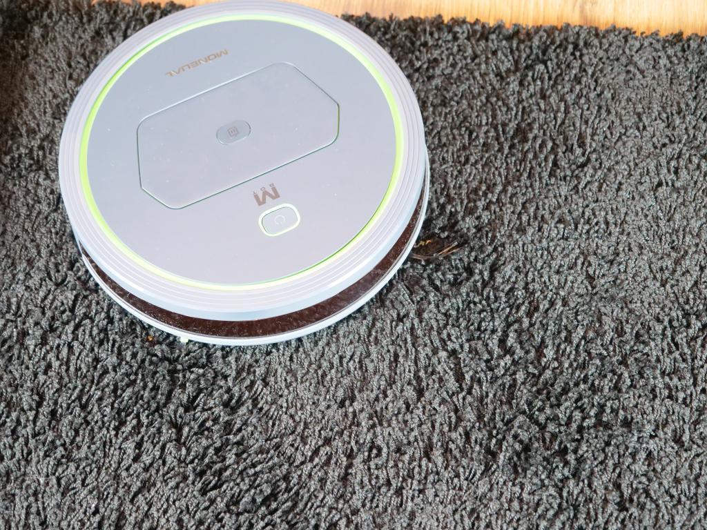 Moneual MBOT 500 - recenzja taniego robota odkurzającego z mopowaniem - czarny dywan