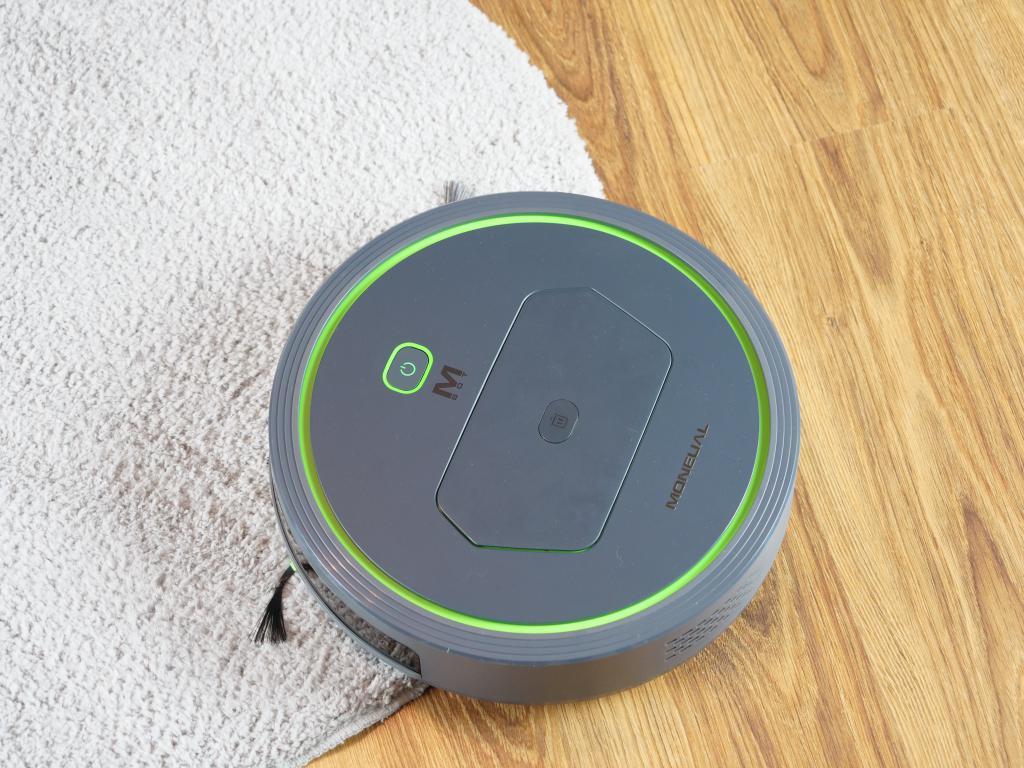 Moneual MBOT 500 - recenzja taniego robota odkurzającego z mopowaniem - wjazd na dywan