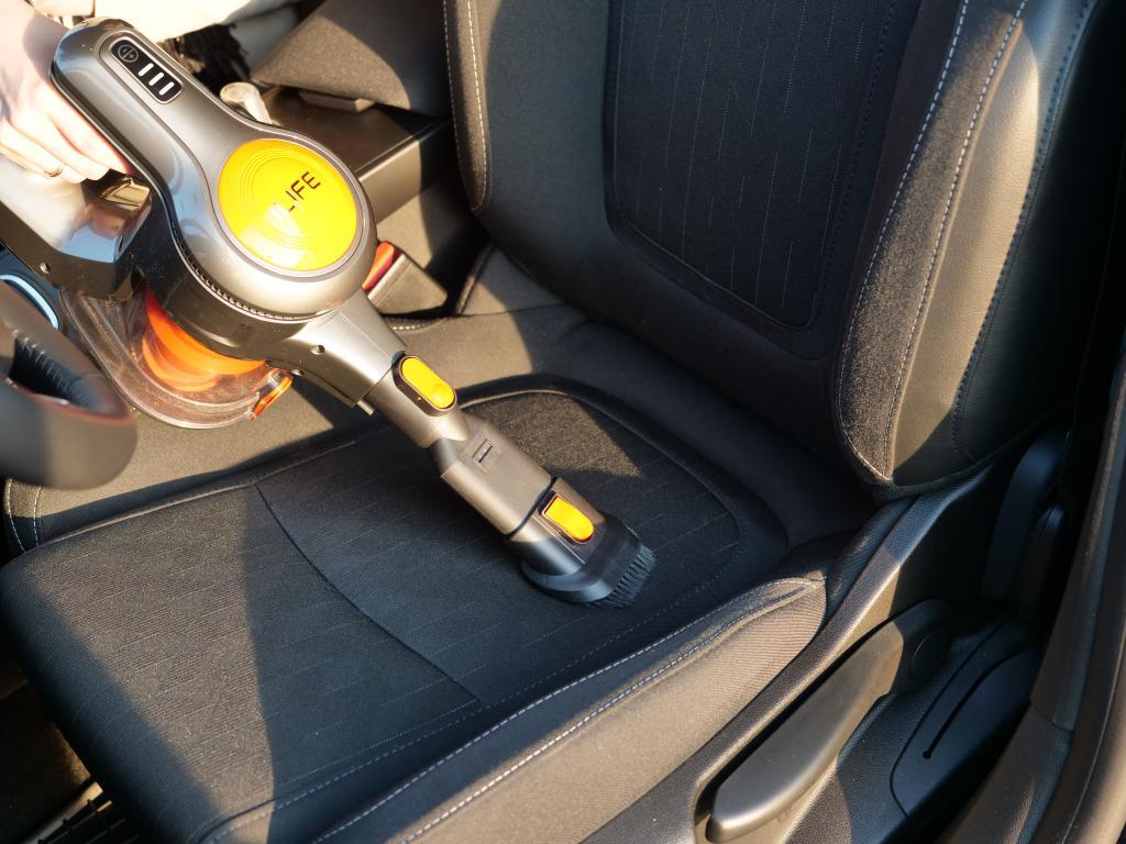 odkurzanie fotela samochodu
