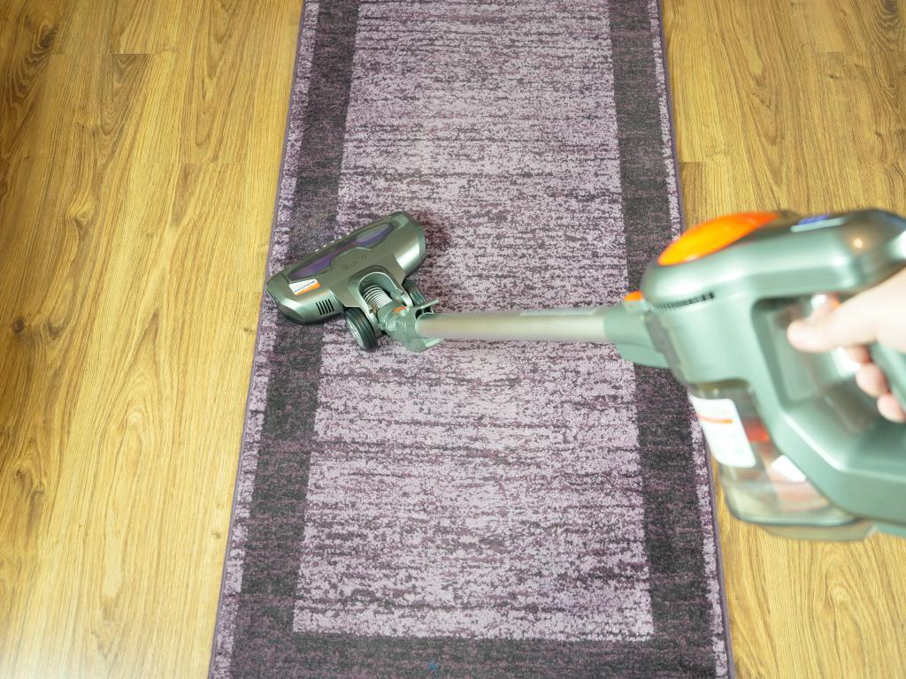 odkurzanie na dywanie