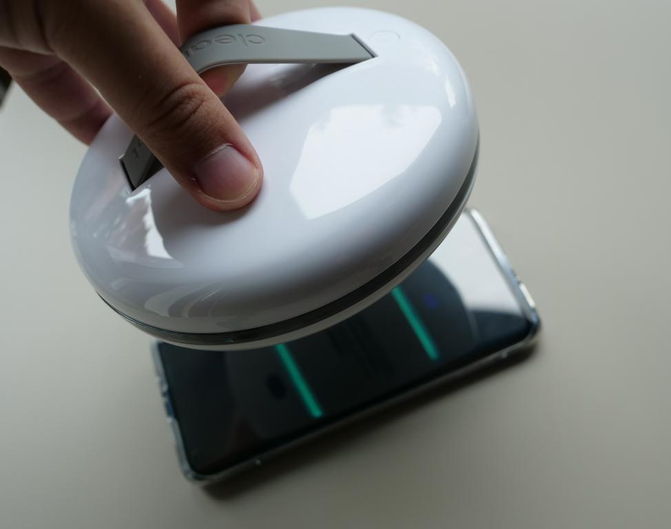 CleanseBot - robot bakteriobójczy - dezynfekcja smartfona lampą UV