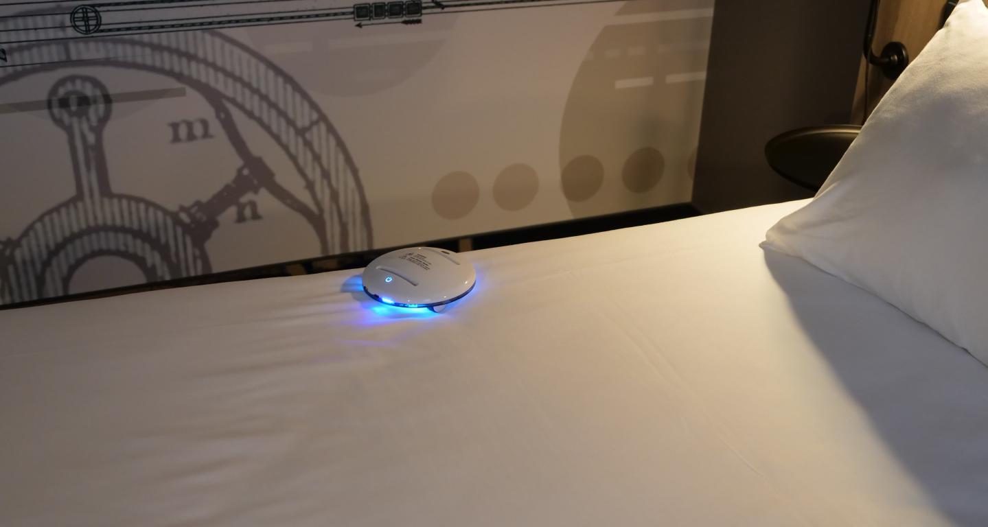 CleanseBot - robot bakteriobójczy - jazda po łóżku