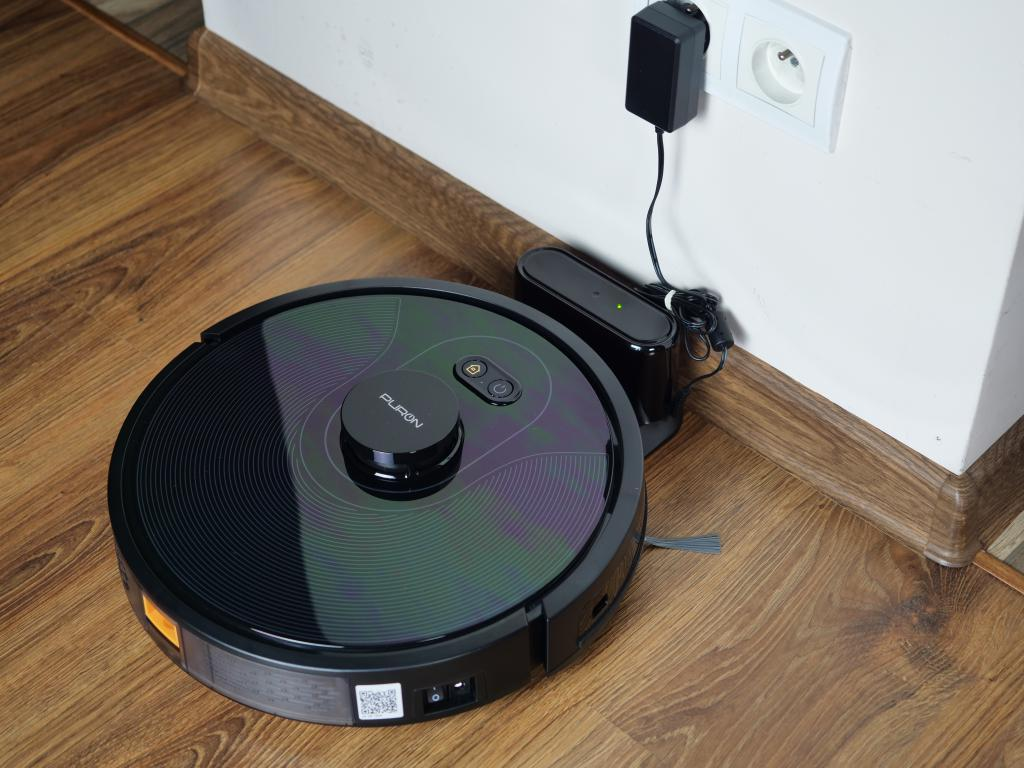 PURON PR10 - recenzja robota sprzątającego z lampą UV - ładowanie