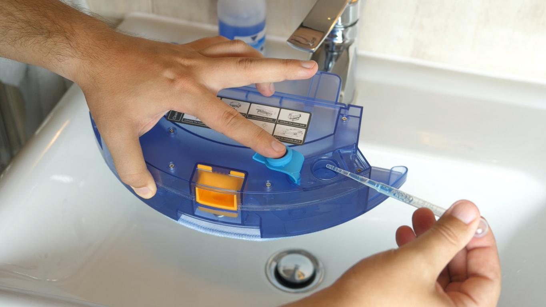 PURON PR10 - recenzja robota sprzątającego z lampą UV - nalewanie wody i płynu do mopowania