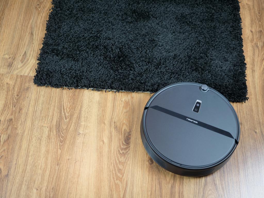 Roborock E4 - recenzja robota sprzątającego w świetnej cenie - wjazd na czarny dywan