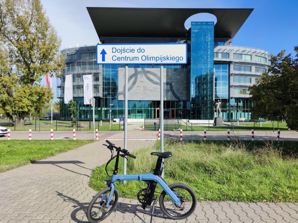 Fiido D11 - recenzja roweru elektrycznego o ogromnym zasięgu - rower z Centrum Olimpijskim w tle