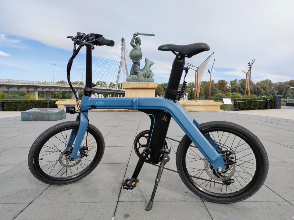 Fiido D11 - recenzja roweru elektrycznego o ogromnym zasięgu - rower z warszawską syrenką w tle