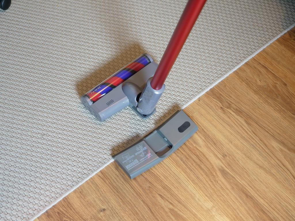 Jimmy JV65 Plus - recenzja odkurzacza pionowego z mopem - na dywanie