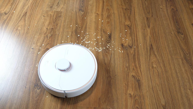 Roborock S6 Pure - recenzja robota sprzątającego - odkurzanie płatków