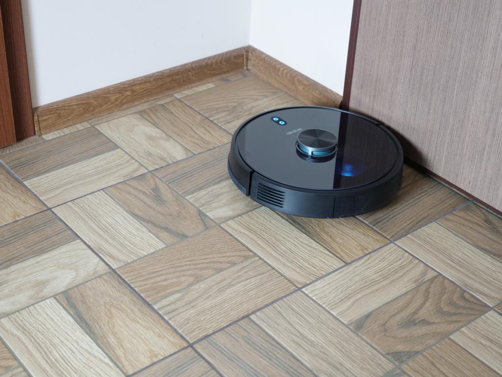Cecotec Conga 5490 - recenzja robota sprzątającego o ogromnej mocy - odkurzanie kątów