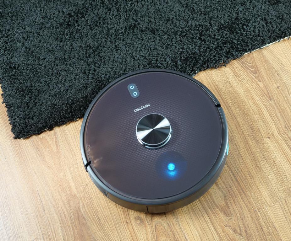 Cecotec Conga 5490 - recenzja robota sprzątającego o ogromnej mocy - wjazd na czarny dywan