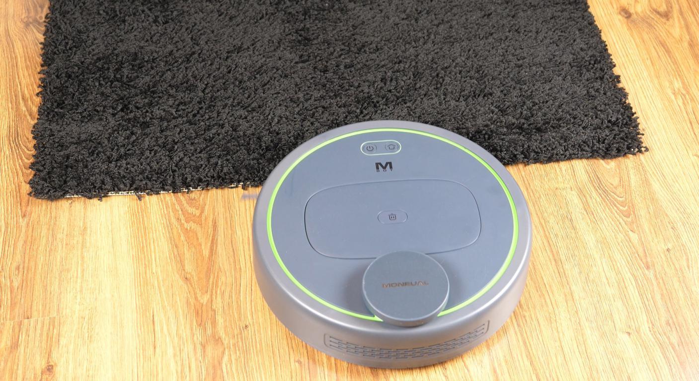Moneual MBOT 950 - recenzja robota sprzątającego - jazda po czarnym - czarny dywan