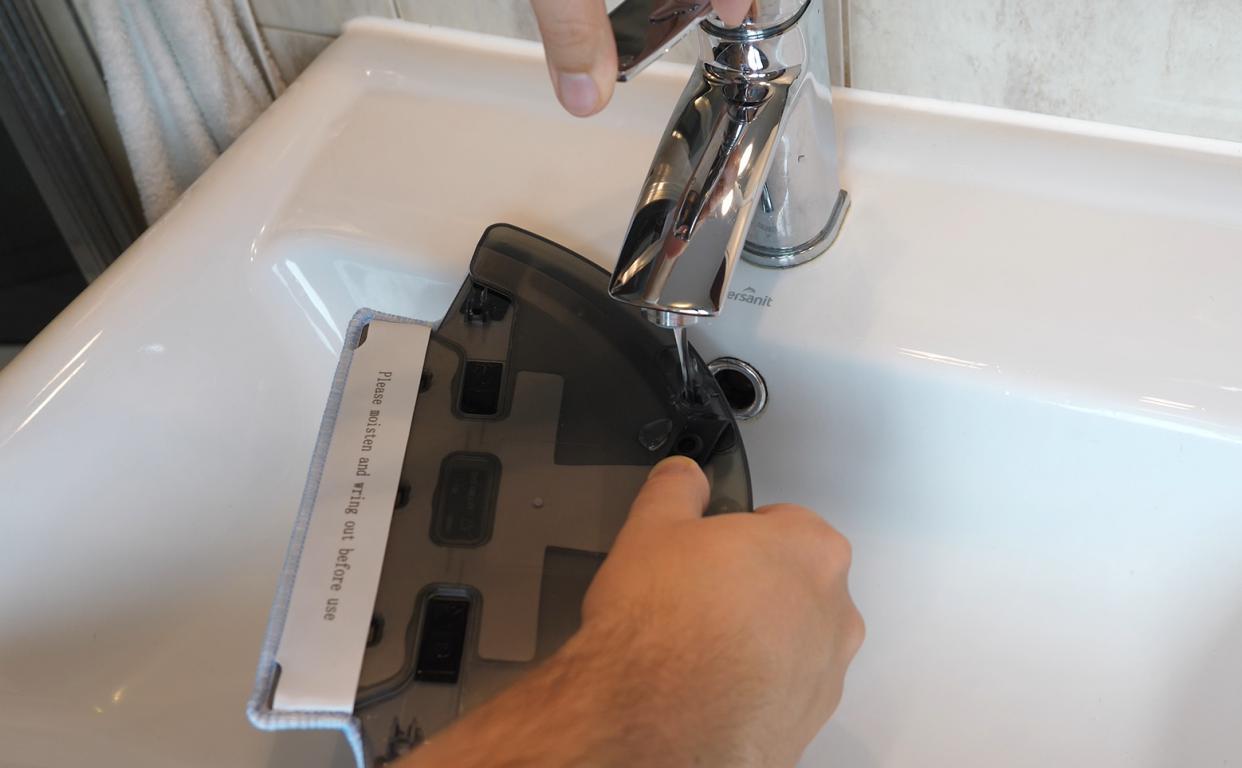 Moneual MBOT 950 - recenzja robota sprzątającego - nalewanie wody do mopowania