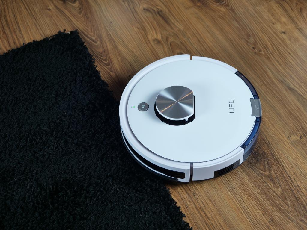 iLife L100 - recenzja robota sprzątającego - wjazd na czarny dywan