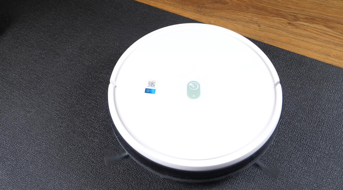 Yeedi K650 - robot sprzątający na czarnej macie