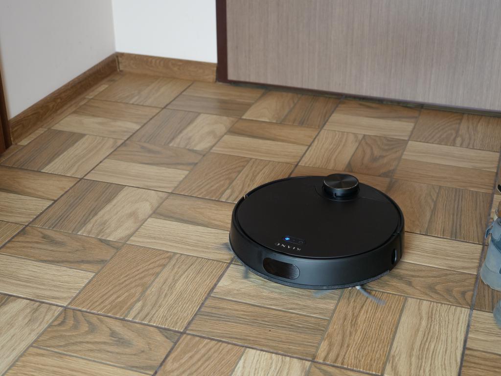 Kiano Elegance Robot - recenzja robota sprzątającego z laserową nawigacją w super cenie - jazda na płytkach