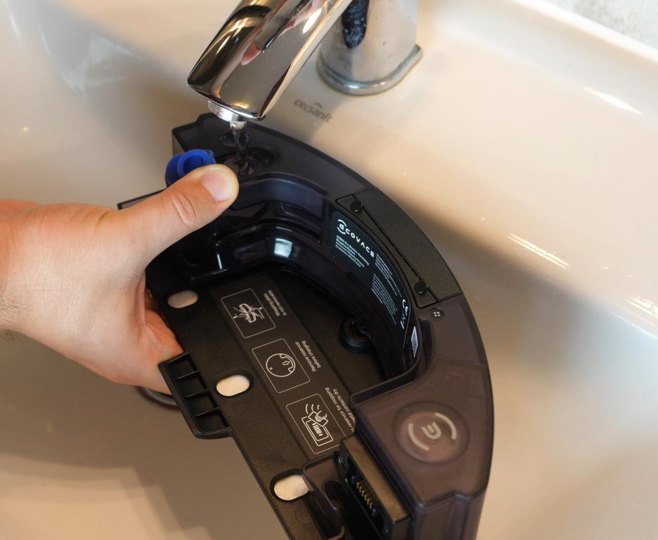 Ecovacs Deebot OZMO T8+ - nalewanie wody do mopowania